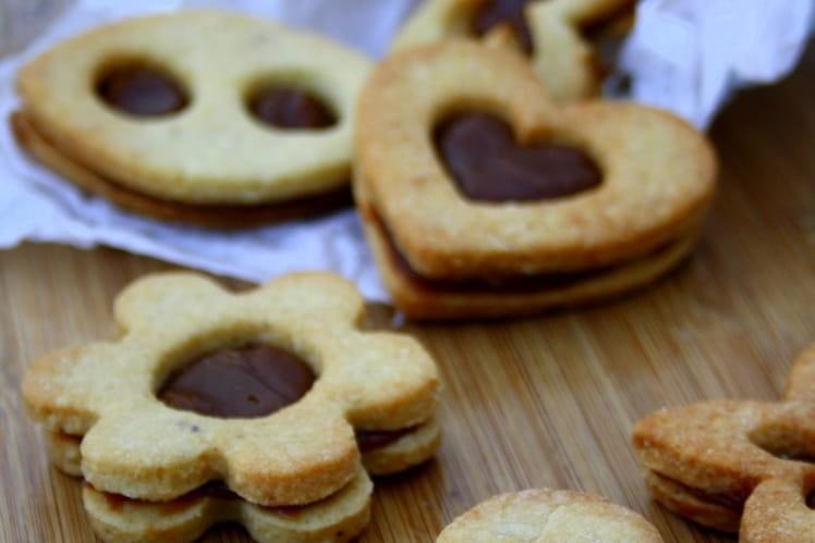 Biscuits sablés aux noisettes fourrés à la ganache pralinée
