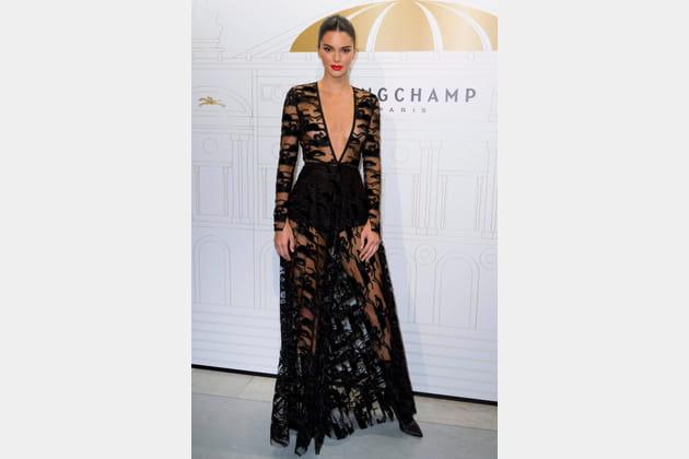 Kendall Jenner en longue robe noire transparente