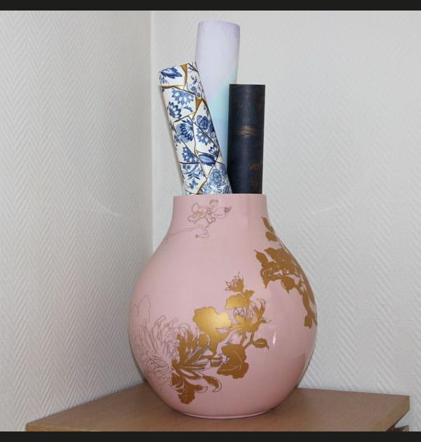 Le vase rose et doré de Camille