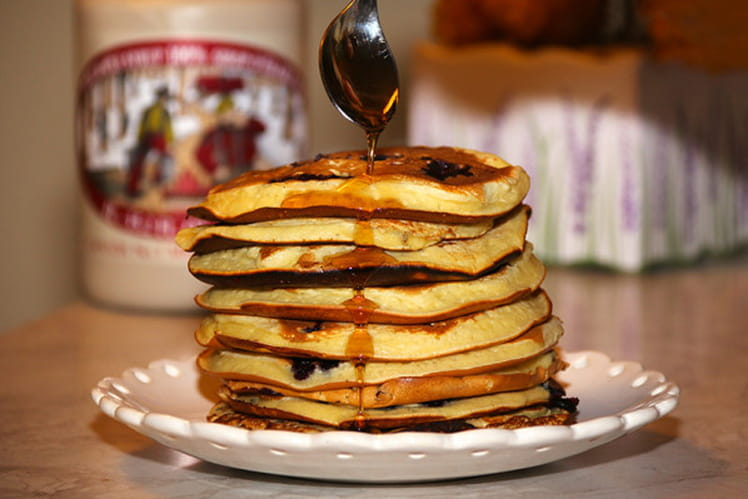 Pancakes aux myrtilles et sirop d'érable à la Québécoise