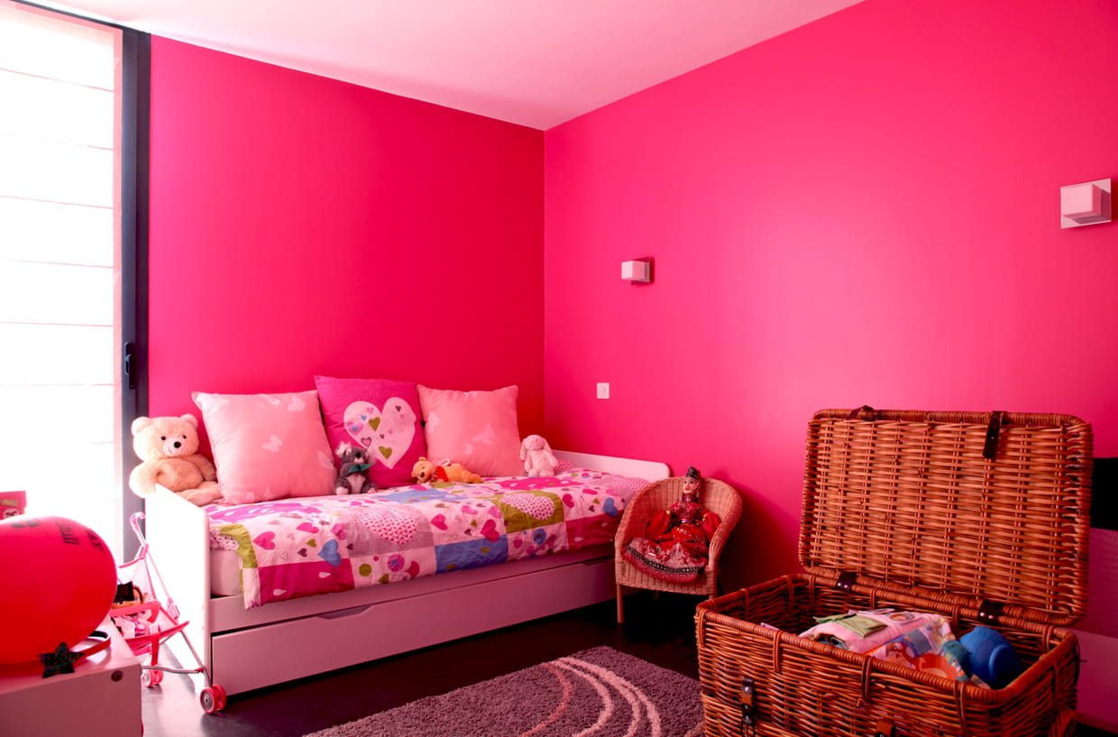 une chambre de fille rose fluo. Black Bedroom Furniture Sets. Home Design Ideas