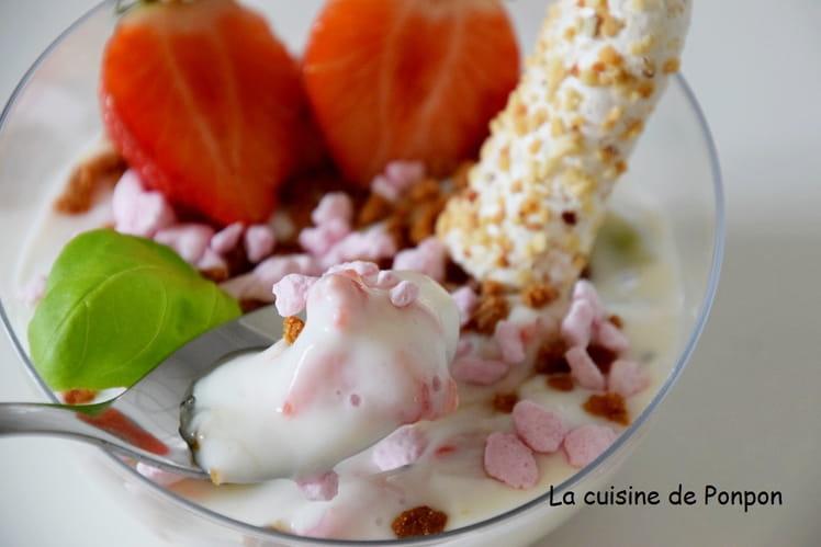 Verrine de yaourt aux fraises et kiwi, crumble de spéculoos
