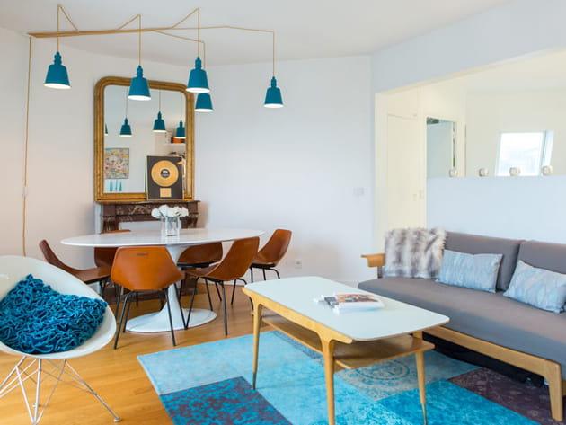 Salon rétro mêlant bois et touches de bleu