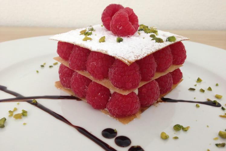 Mille-feuille croustillant aux framboises, crème légère à la vanille et réduction de balsamique