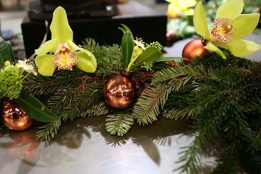 DIY : un chemin de table avec sapin et cymbidium pour Noël