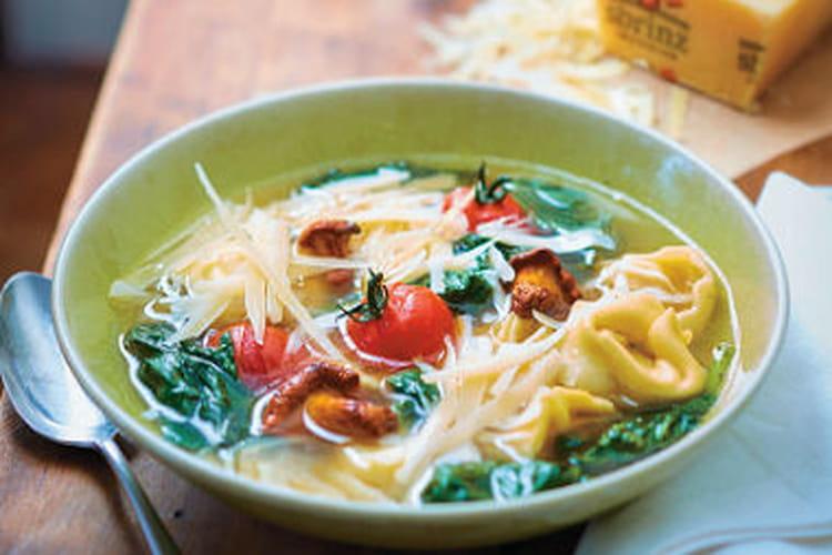 Soupe de Tortellini au Sbrinz AOP, épinards et Girolles