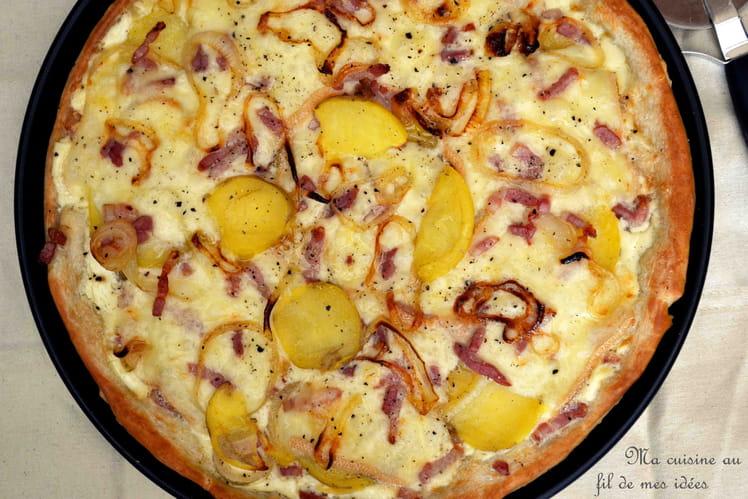 Pizza au fromage à raclette, pommes de terre, lardons et oignons