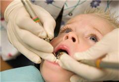 a 3 ans, c'est le moment de faire connaissance avec le cabinet du dentiste.