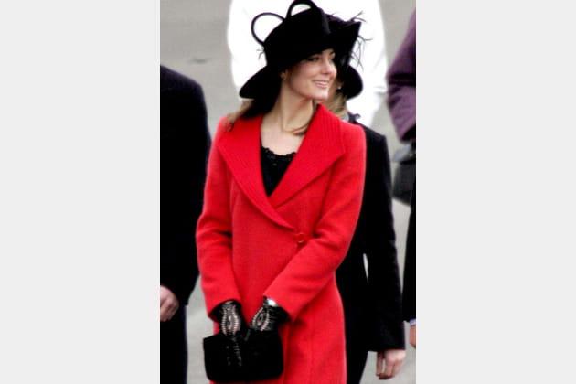 Une jeune femme en rouge et noir