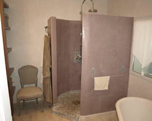 Un coin salle de bains moderne et ancien