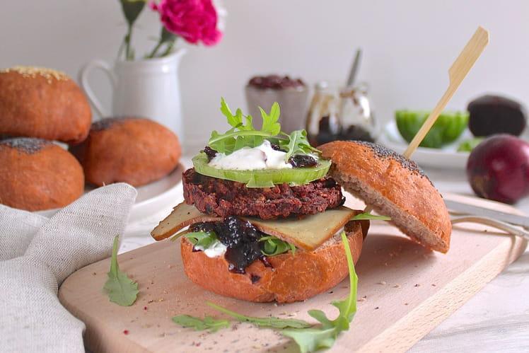 Burger végétarien rose, betteraves, haricots rouges et chutney d'oignons rouges