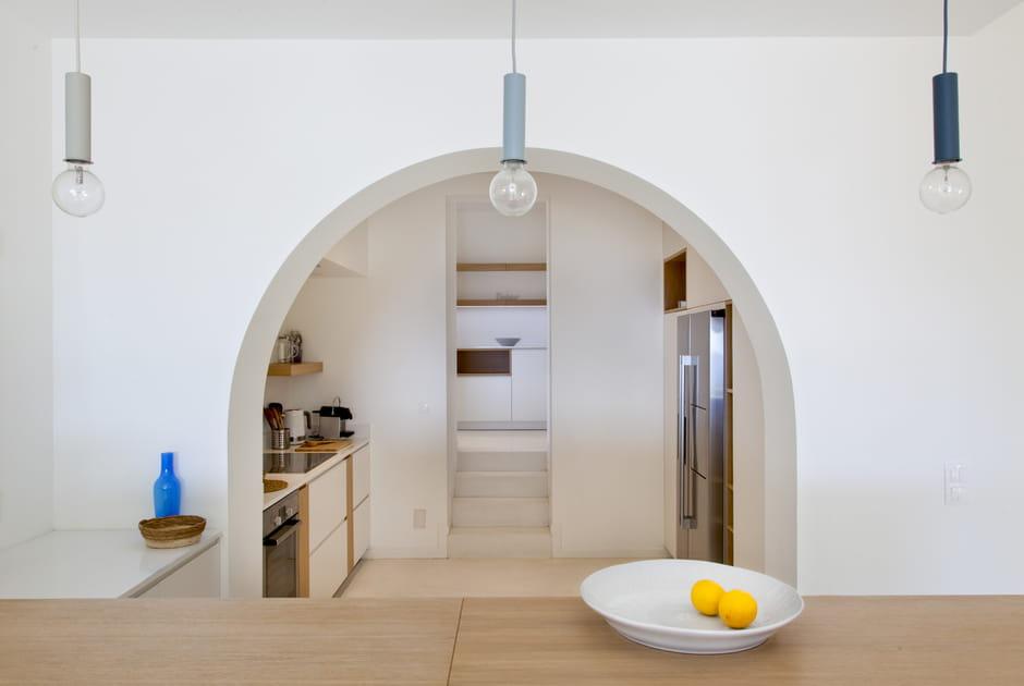 Une cuisine blanche sous alcôve