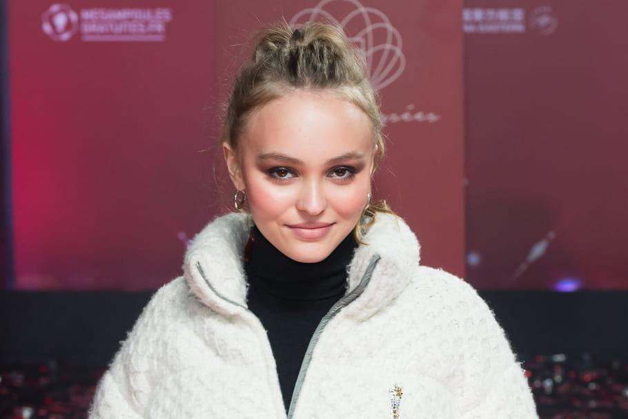 Look beauté de star: Lily-Rose Depp illumine les Champs-Elysées