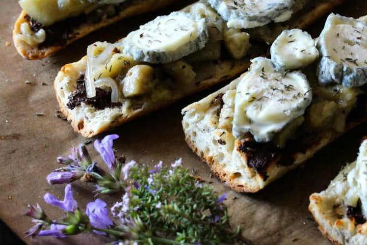 Tartines gratinées à la provençale, thym, aubergines et tapenade noire