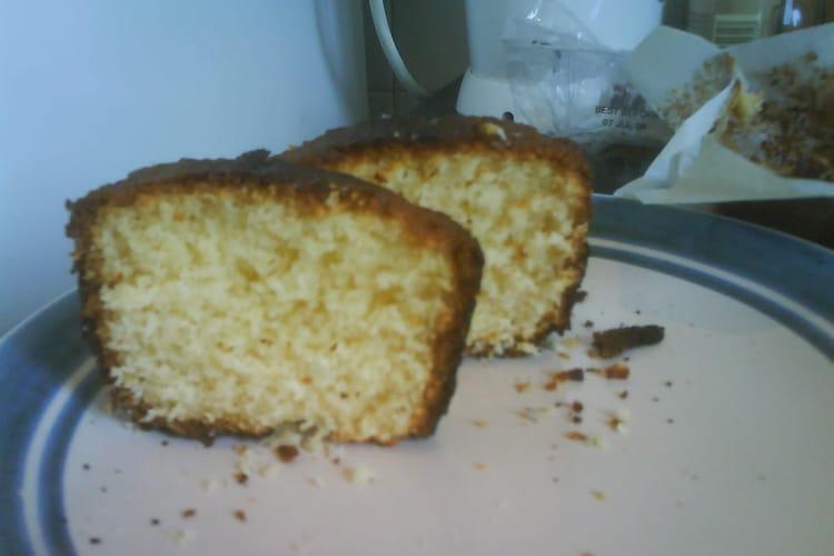 Gâteau au yaourt, sucre vanillé et noix de coco râpée