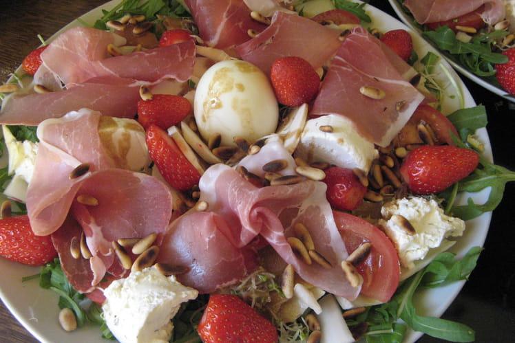 Salade de roquette au jambon de Parme, fraises et oeuf
