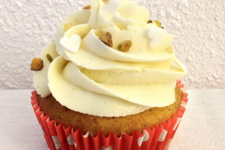 Cupcake à la pistache, topping chantilly-chocolat-blanc