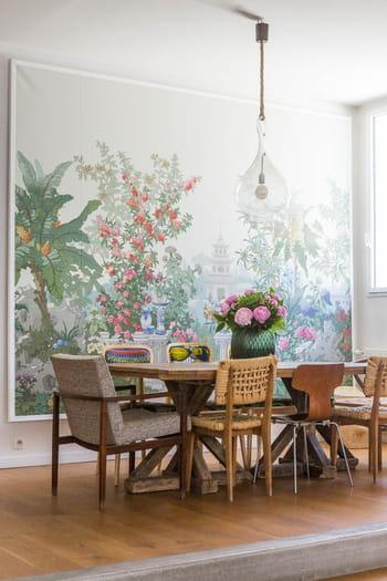patchwork de chaises d pareill es autour de la table. Black Bedroom Furniture Sets. Home Design Ideas