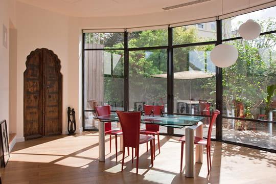 Une nouvelle salle à manger avec vue