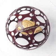 précieux nyangbo, fine tuile croustillante en forme de sphère avec un sorbet au