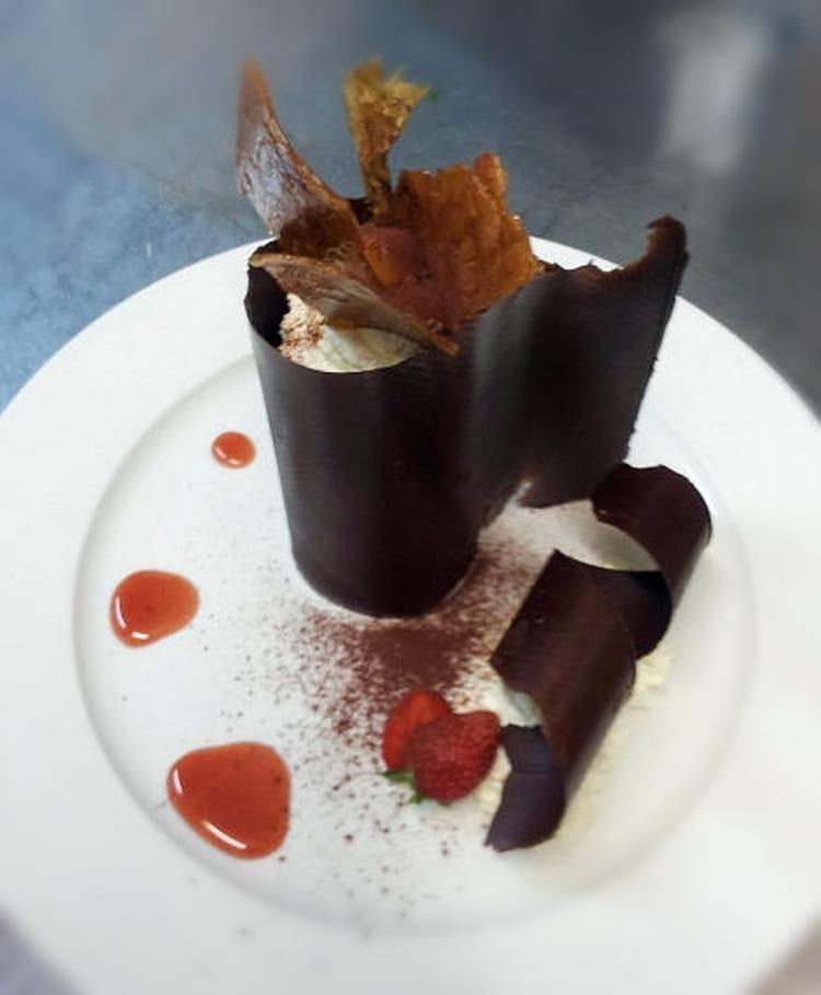 Recette de Coque en chocolat aux fraises et à la glace vanille