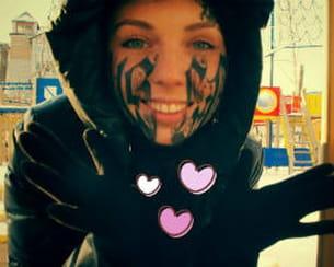 un russe tatoue son nom sur le visage de sa fiancée