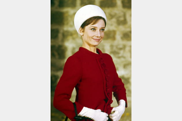 Audrey Hepburn en manteau rouge