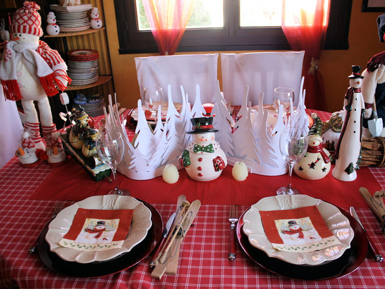 Table de no l en rouge et blanc for Decoration de noel rouge et blanc