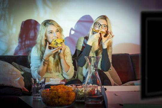 Vous mangez devant un écran