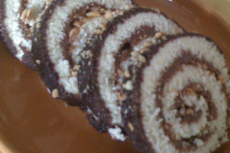 Gâteau roulé au Nutella et morceaux d'amandes
