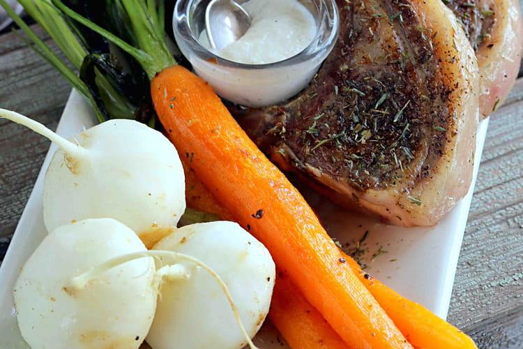 Côtelettes d'agneau grillées à la sarriette et sauce à l'ail
