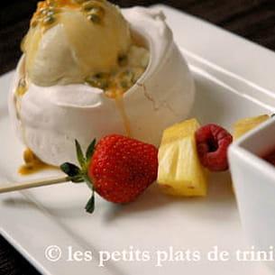 pavlova glacée vanillée, brochette de fruits et soupe de fraises