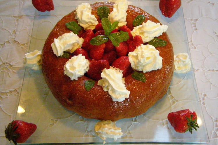 Baba au rhum, fraises et glaçage à la confiture d'abricot
