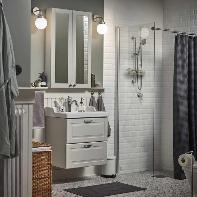 Une salle de bains monochrome