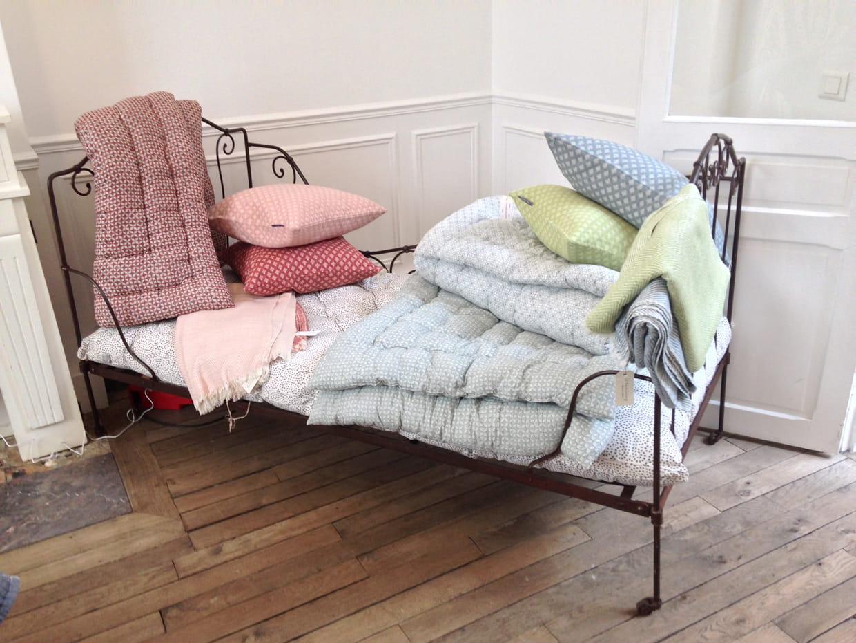 couvre lit et matelas par le monde sauvage. Black Bedroom Furniture Sets. Home Design Ideas