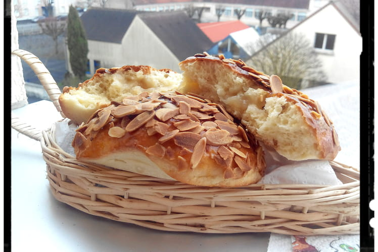 Galettes briochées marzipan nappée de confiture d'abricot et amandes grillées