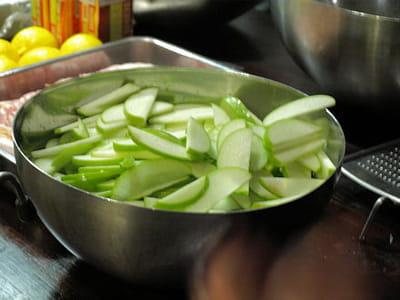 les pommes granny sont également plongées dans de l'eau citronnées.