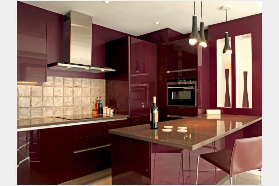 Une cuisine rouge bordeaux brillant for Cuisine rouge brillant