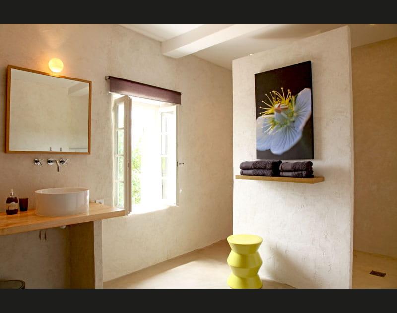 Salle de bains jaune soleil