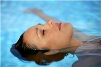 les nageurs très réguliers ont des reflets verts dans les cheveux, dus au