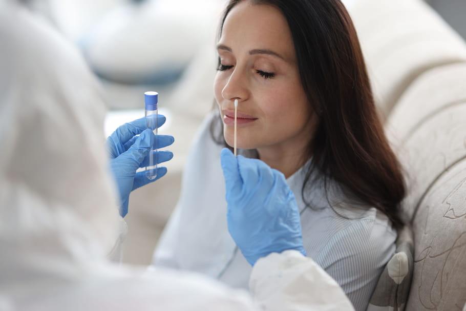 Le test de référence pour dépister la Covid-19se fait par RT-PCR dans le nez. Il y a aussi les tests rapides antigéniques désormais autorisés aux personnes contacts et les test salivaires (EasyCov) que valide la Haute Autorité de Santé le 28novembre. Où