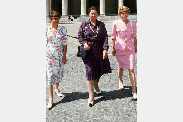 Trois féministes devant le Panthéon