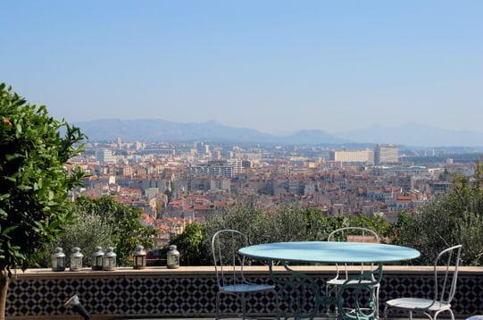 Une terrasse sur la ville