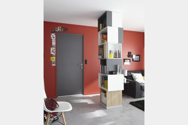 un salon rouge lumineux. Black Bedroom Furniture Sets. Home Design Ideas
