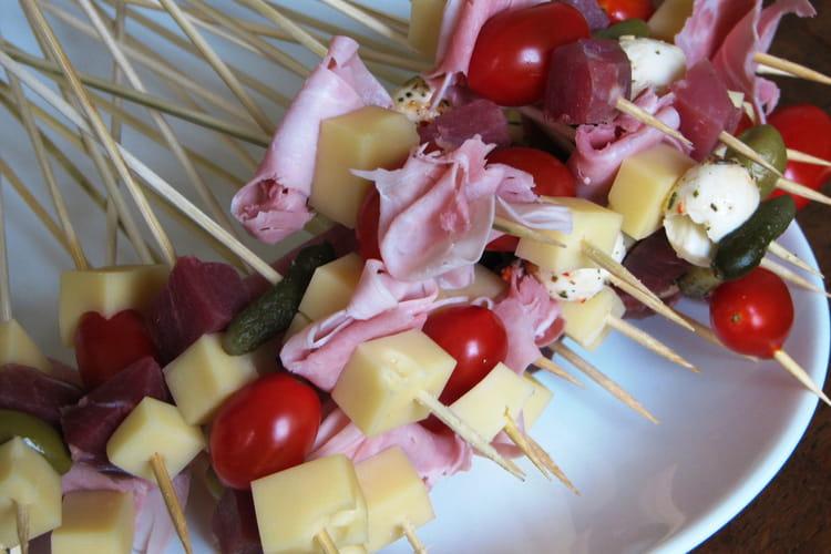 Brochettes apéritives au jambon, tomate et fromage