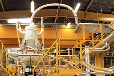 les moules sont alimentés en matière première par un système de tubes.
