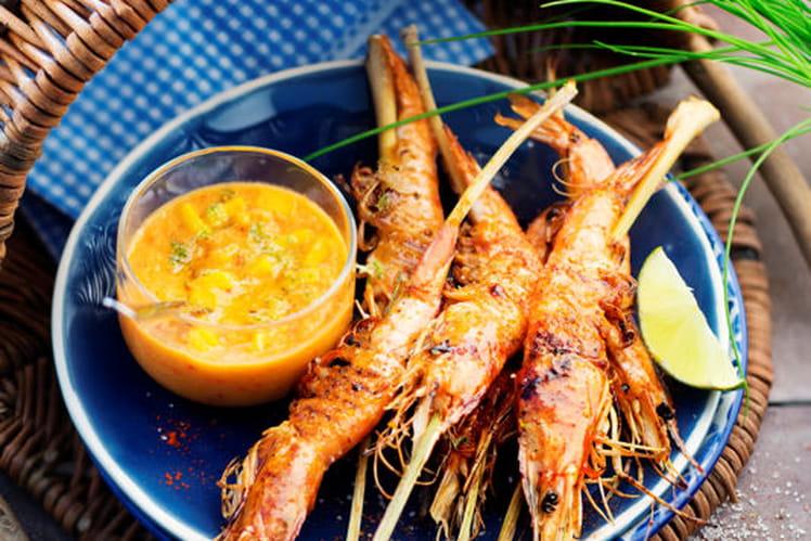 Brochettes de gambas grillées et crème à la mangue