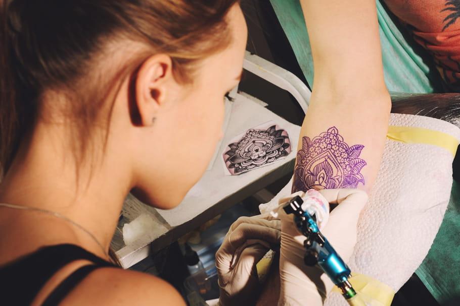 Se faire tatouer enceinte: quels sont les risques?
