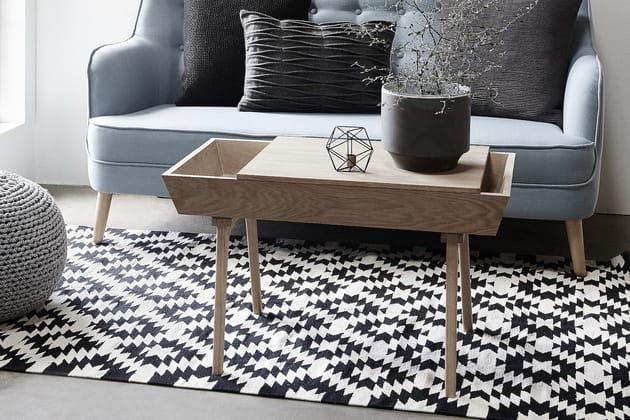 Une table basse en bois brut