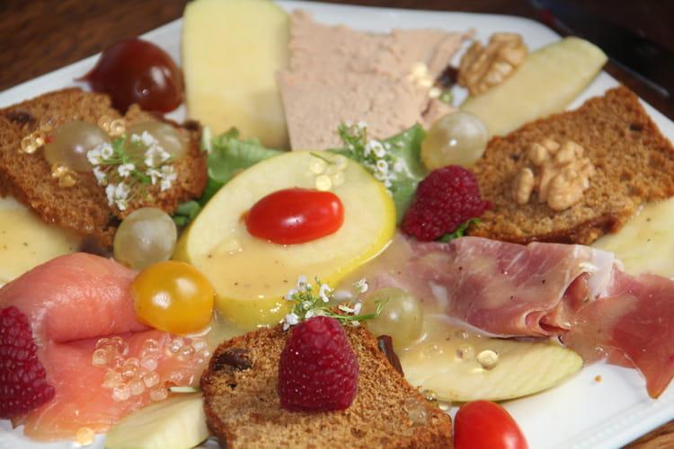 Salade festive de Noël au foie gras, saumon fumé, pain d'épices et fruits